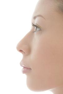 20代女性の横顔の写真素材 [FYI03212651]