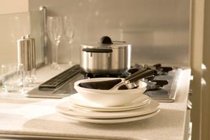 キッチンと白い皿の写真素材 [FYI03212660]