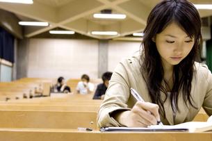 教室で勉強する女子大生の写真素材 [FYI03212695]