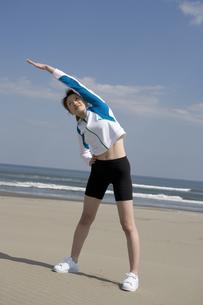 準備体操をする女性の写真素材 [FYI03212721]