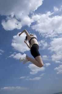 ジャンプする女性の写真素材 [FYI03212724]