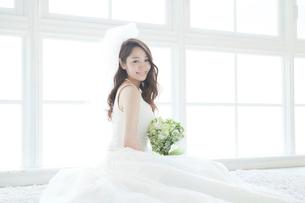 ブーケを持つ花嫁ポートレートの写真素材 [FYI03212823]