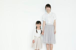 手をつなぐ母と娘の写真素材 [FYI03212829]