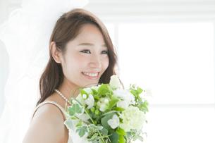 ブーケを持つ花嫁ポートレートの写真素材 [FYI03212843]