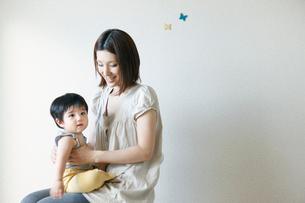 息子を膝の上にのせるお母さんの写真素材 [FYI03212855]