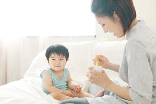 息子に食事を与える母親の写真素材 [FYI03212858]