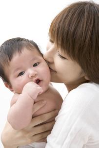 赤ん坊にキスする母親の写真素材 [FYI03212908]