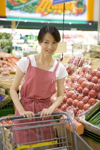 スーパーで買い物をする主婦の写真素材 [FYI03212929]