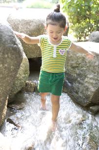 水遊びをしている女の子の写真素材 [FYI03212932]