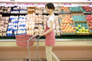 スーパーで買い物をする主婦の写真素材 [FYI03212935]