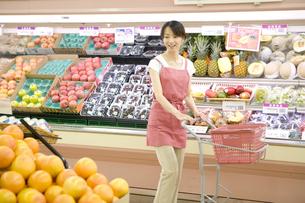 スーパーで買い物をする主婦の写真素材 [FYI03212939]