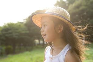 麦わら帽子をかぶっている女の子の写真素材 [FYI03212940]