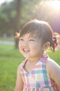 公園にいる女の子の写真素材 [FYI03212948]