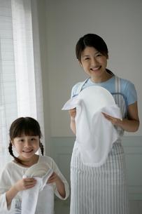 台所で皿を拭いている親子の写真素材 [FYI03212961]