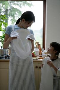 台所で皿を拭いている親子の写真素材 [FYI03212962]