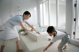 お風呂掃除をしている親子の写真素材 [FYI03212964]