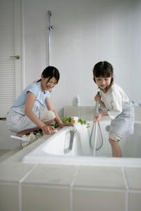 お風呂掃除をしている親子の写真素材 [FYI03212966]