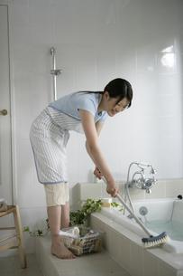 お風呂掃除をしている女性の写真素材 [FYI03212968]