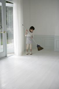掃き掃除をしている女の子の写真素材 [FYI03212969]