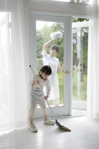 掃除をしている親子の写真素材 [FYI03212972]