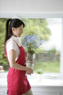 花を生ける女性の写真素材 [FYI03212973]