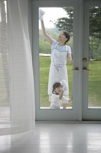 窓拭きをしている親子の写真素材 [FYI03212979]