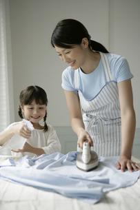 アイロンかけをしている親子の写真素材 [FYI03212980]