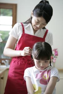 三つ編みをするお母さんの写真素材 [FYI03212988]