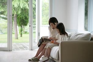 ソファに座っている親子の写真素材 [FYI03212990]