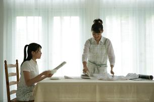 室内にいる女性2人の写真素材 [FYI03212991]