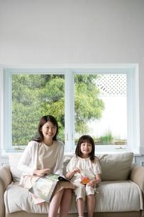 ソファに座っている親子の写真素材 [FYI03212992]