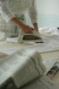 アイロンかけをしている女性の手の写真素材 [FYI03212999]