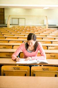教室で勉強する日本人20代女性の写真素材 [FYI03213024]