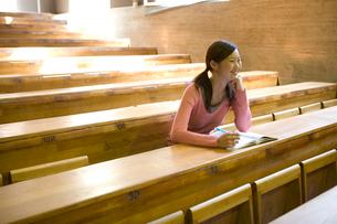 教室で勉強する日本人20代女性の写真素材 [FYI03213029]
