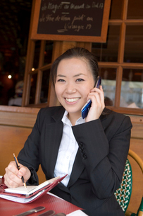 携帯で話す日本人女性の写真素材 [FYI03213045]