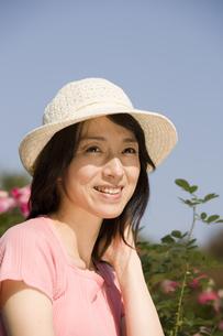 帽子をかぶった微笑む女性の写真素材 [FYI03213105]