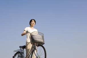 自転車を押している女性の写真素材 [FYI03213116]
