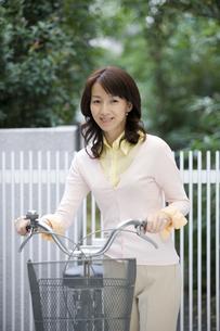 自転車を押す女性の写真素材 [FYI03213117]