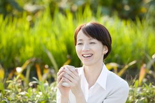 両手で物を持っている女性の写真素材 [FYI03213124]