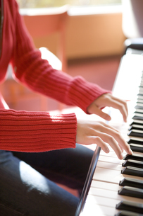 ピアノを弾く女性の手の写真素材 [FYI03213175]
