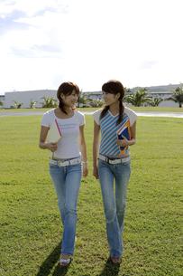 並んで歩く女性2人の写真素材 [FYI03213179]