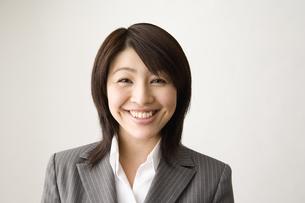 スーツを着た20代女性の笑顔の写真素材 [FYI03213184]