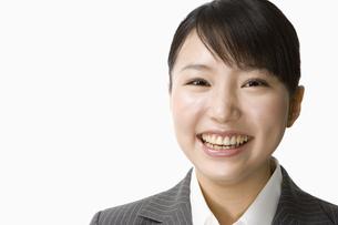 スーツ姿の日本人20代女性の写真素材 [FYI03213193]