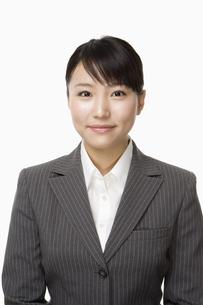 スーツ姿の日本人20代女性の写真素材 [FYI03213199]