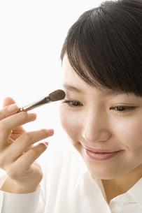 メイクをする日本人20代女性の写真素材 [FYI03213200]