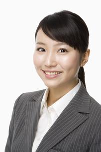 スーツ姿の日本人20代女性の写真素材 [FYI03213201]
