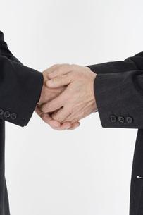握手をする男性の手の写真素材 [FYI03213217]