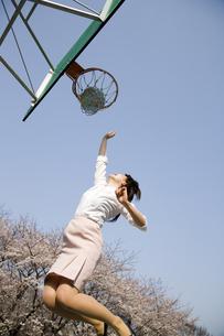 バスケットボールをする女性の写真素材 [FYI03213268]
