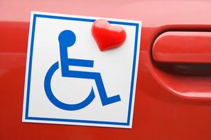 車椅子マークとハートのマグネットの写真素材 [FYI03213271]