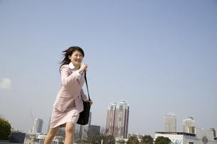 走る女性と都市風景の写真素材 [FYI03213272]